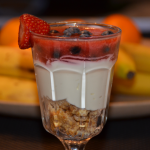 Topfencreme mit Vollkornkeks und Fruchtspiegel