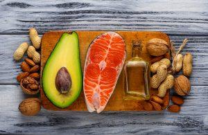 gesunde Omega 3 Fettsäuren: Lachs, Avocado, Olivenöl, Nüsse.